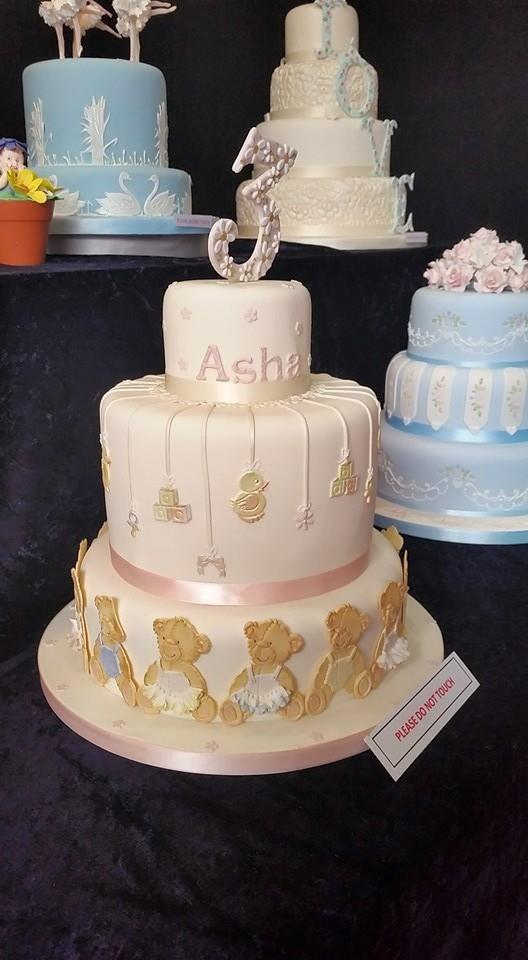 Rožinis tortas su meškiukais mergaitės gimtadienio šventei.