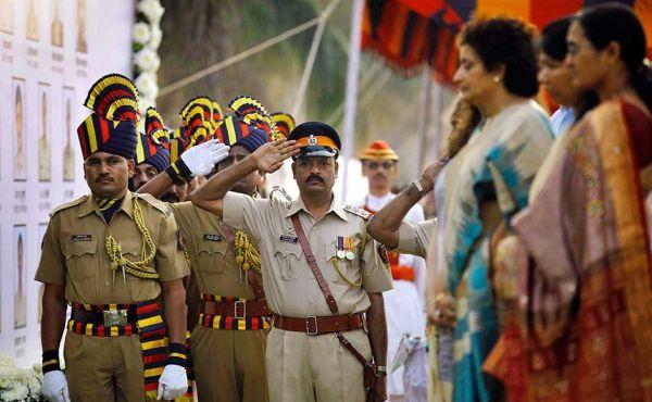 Agentes de la policía y familiares rinden homenaje a los policías que perdieron la vida en los ataques terroristas del 26/11 en Mumbai: