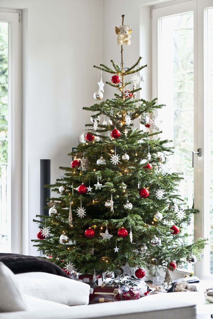 Decorating Your Holiday Tree Like A Pro Best Way To Decorate Christmas Trees On A Budg Scandinavian Christmas Trees Cheap Christmas Trees Real Christmas Tree