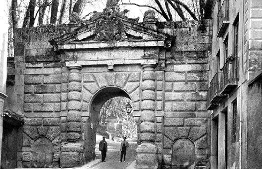 En 1536 se elevó a modo de solemne entrada a la Alhambra la Puerta de las Granadas, proyecto de Pedro Machuca, el mismo arquitecto al qu...