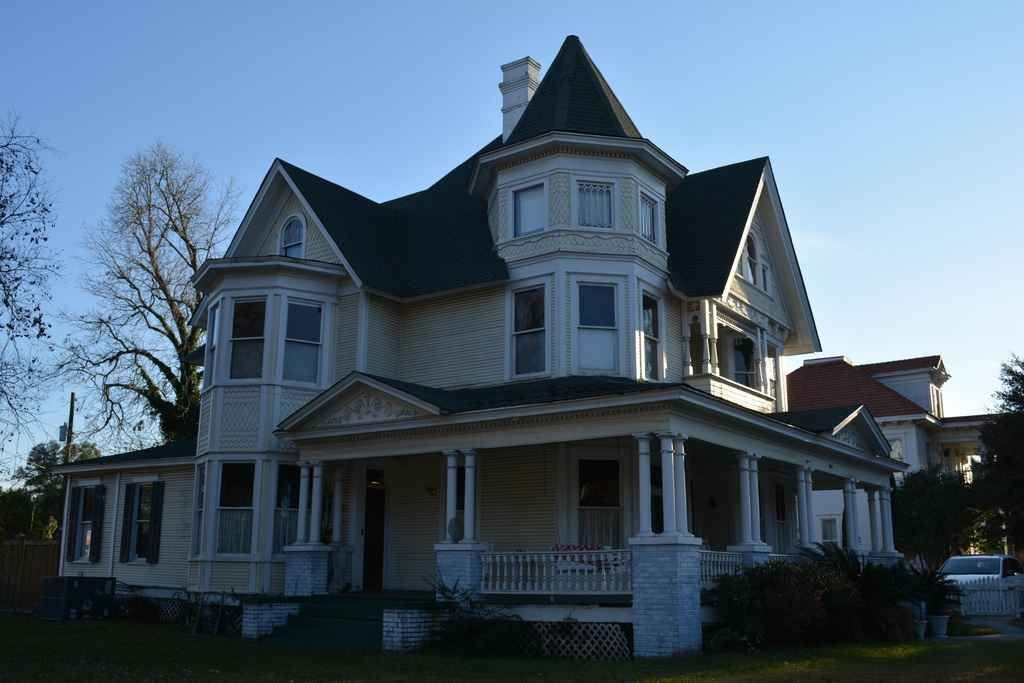 1890 Queen Anne Located At 102 Short Bay St Hattiesburg Ms 39401 Victorian Homes Old House Dreams Victorian Homes House