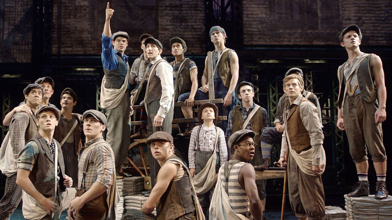 [US] Newsies: The Broadway Musical (2017): Newspaper delivery boys in 1899 New York face danger and destitution by striking against their greedy media-mogul employers in this acclaimed musical.