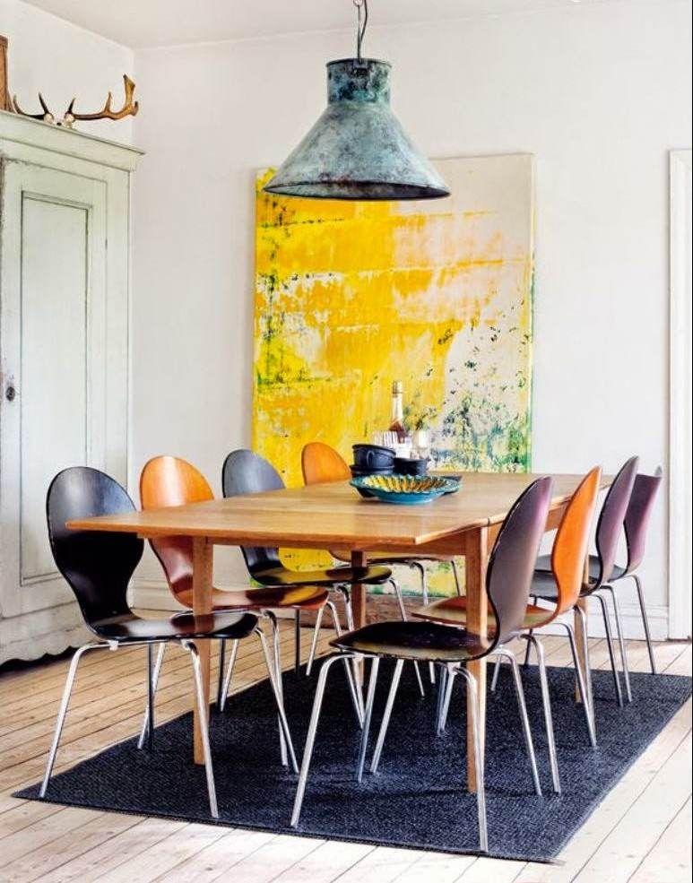 ide dco salle manger un grand tableau jaune vif table en bois clair et chaises en noir et orange