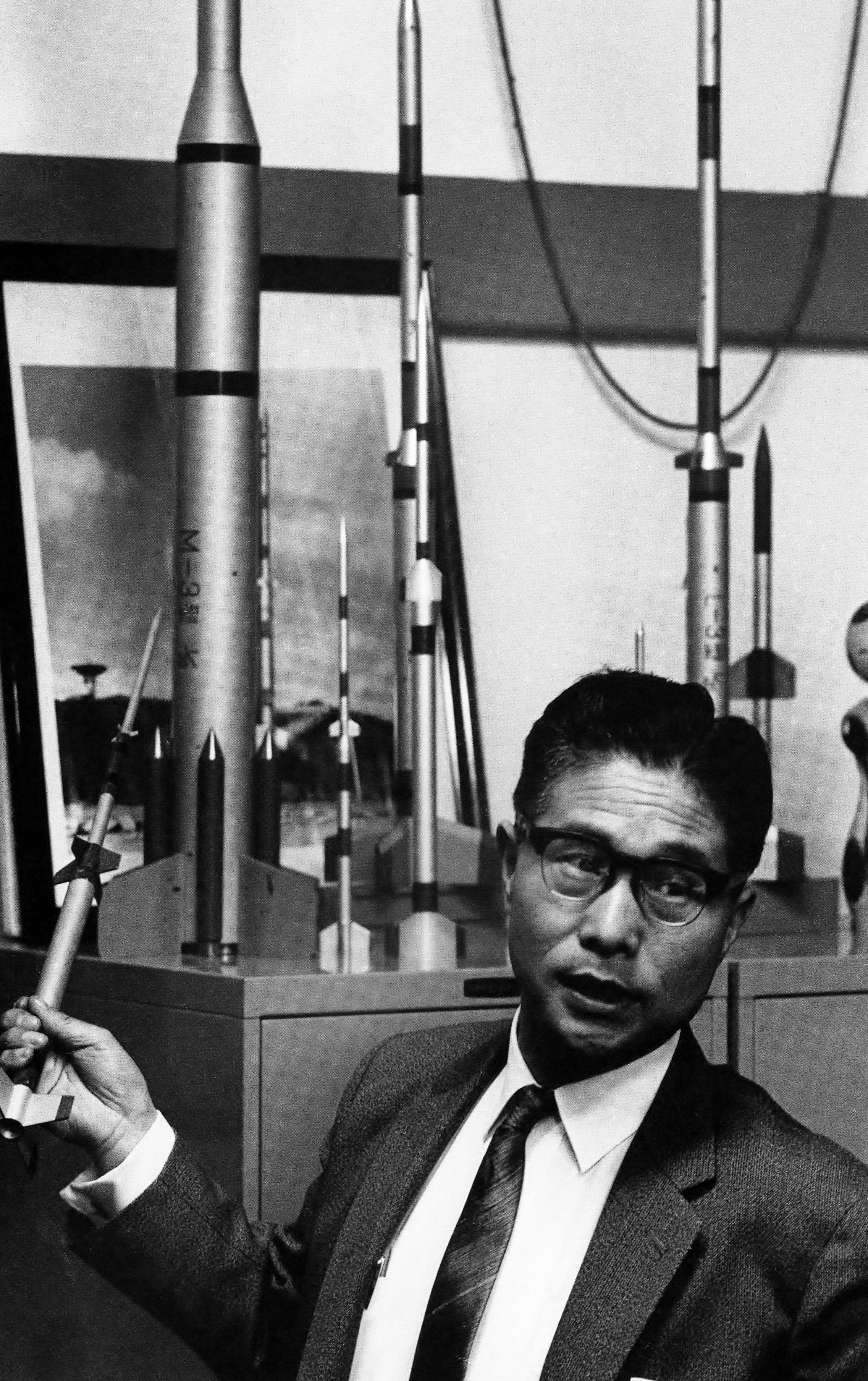 糸川英夫(1912~1999)宇宙工学者。1965年東京大学宇宙研究室にて ...