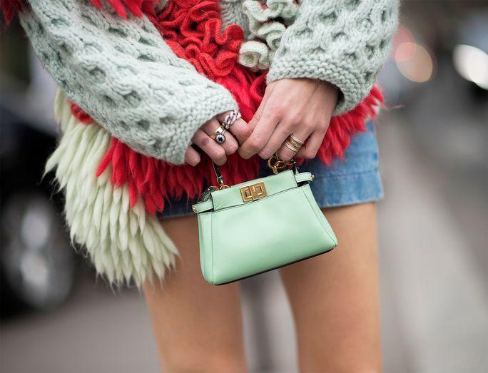 94e2fe68df Bolso Pixie de Chloé  la cartera redonda favorita del street style. Los  colores contrastantes son básicos en la tendencia de estos bolsos