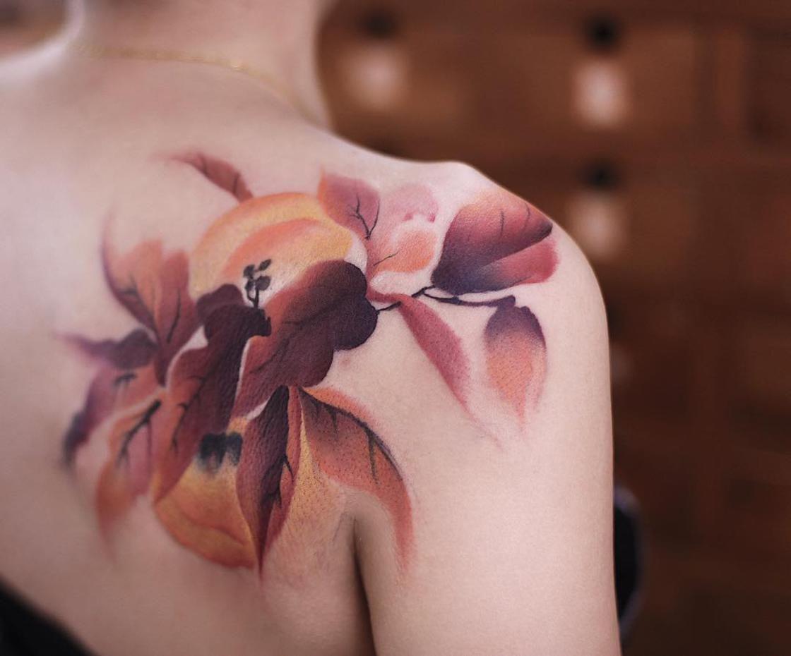 Impresionante tatuaje de hojas en el hombro