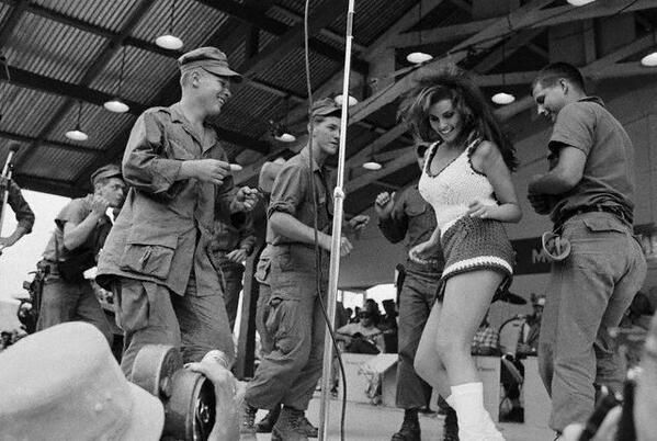 Raquel Welch entertaining the soldiers in Vietnam.  pic.twitter.com/i6aLesF4Vn