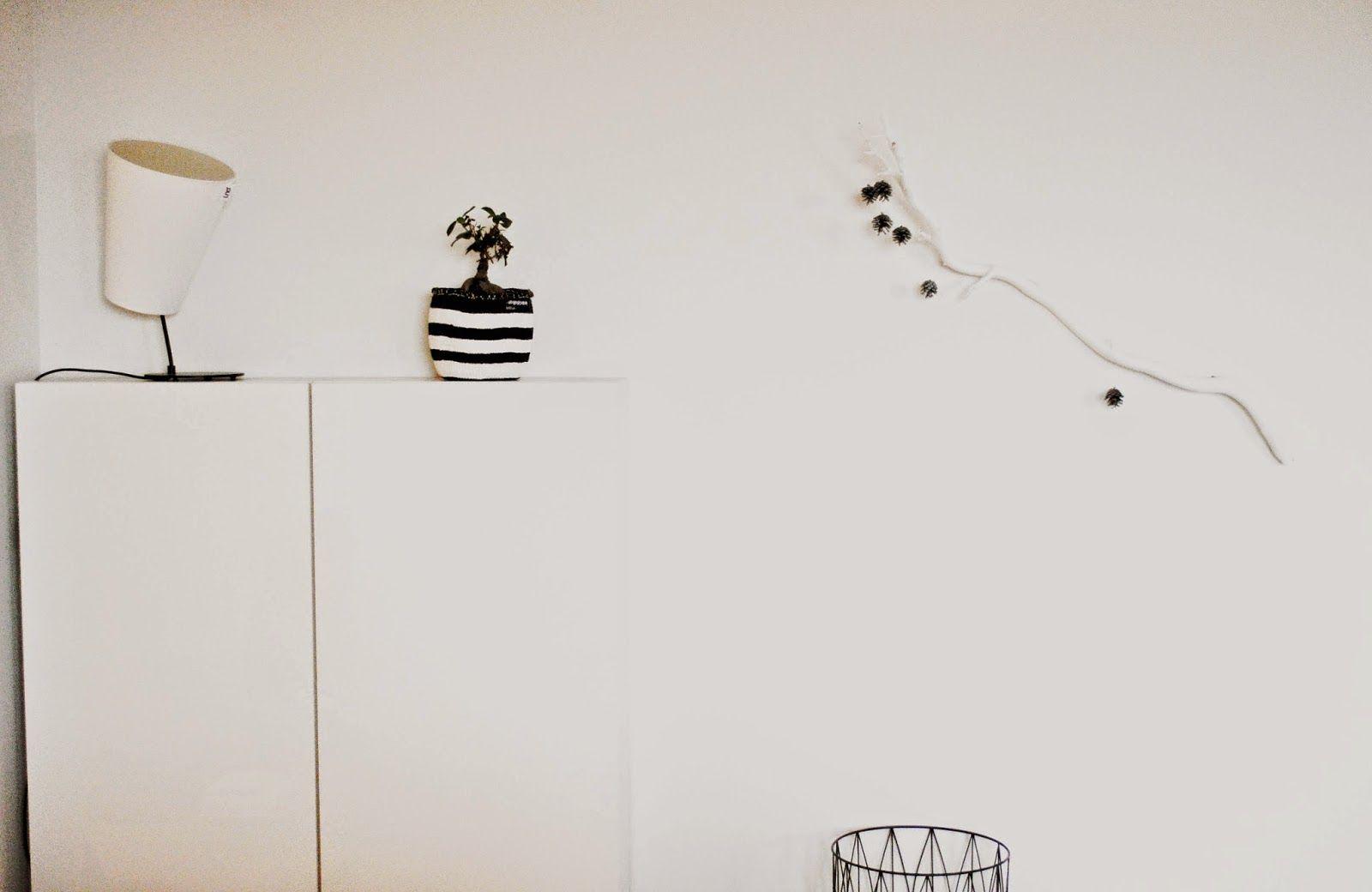 Vapaalla kädellä sisustaen - DIY: Oksa olohuoneen seinälle. Lue koko kirjoitus: http://vapaallakadellasisustaen.blogspot.fi/2014/11/diy-oksa-olohuoneen-seinalle.html #sisustusniksit