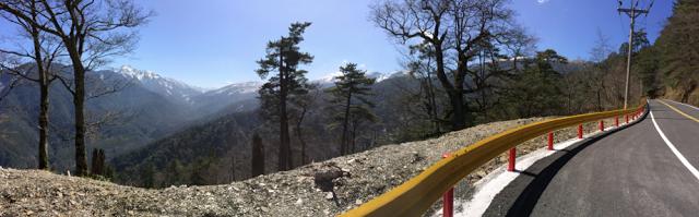 合歡山遇見藍天與白雪