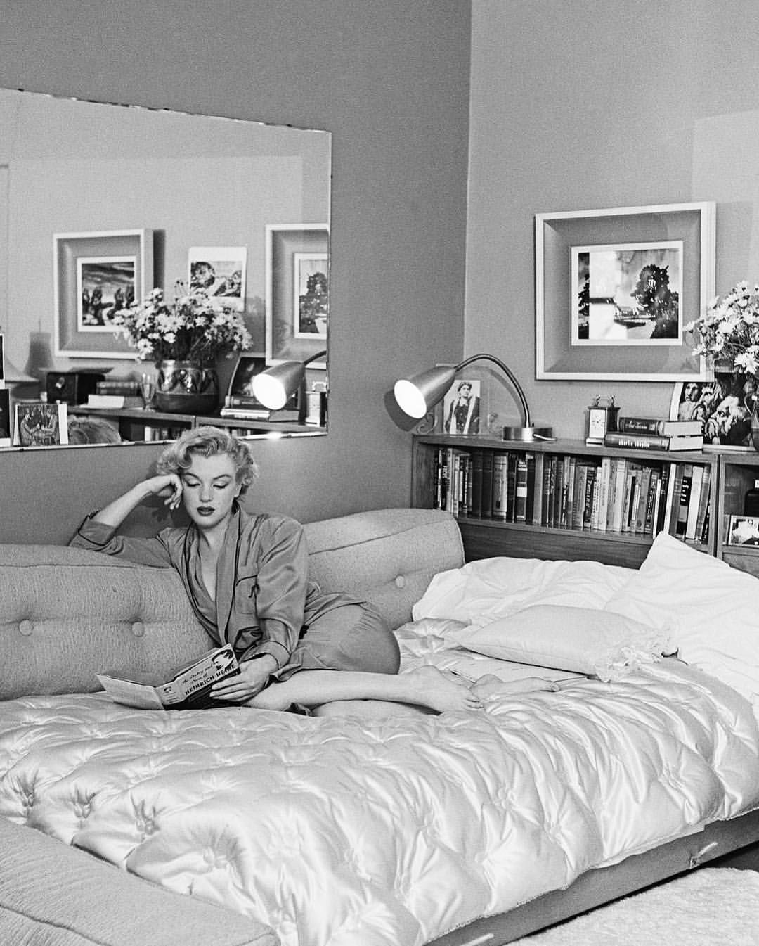 Marilyn Monroe Photographed In Her Bedroom 1951 Marilyn Monroe Room Marilyn Marilyn Monroe