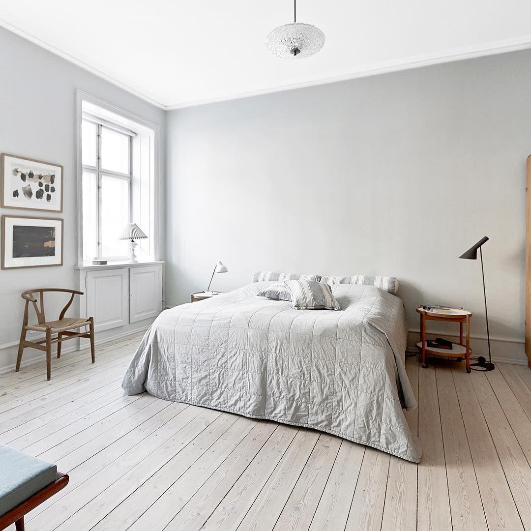"""""""En lys, lys grønnfarge på veggene gjør dette enkle soverommet både kjølig og lunt. Kjempefint synes vi. Foto Malue Drejer/Sisters Agency #bobedre…"""""""