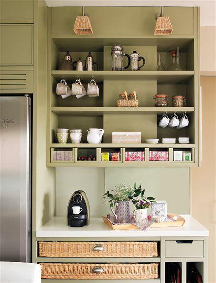 Mueble cocina con casilleros para especies y cestas de mimbre ...