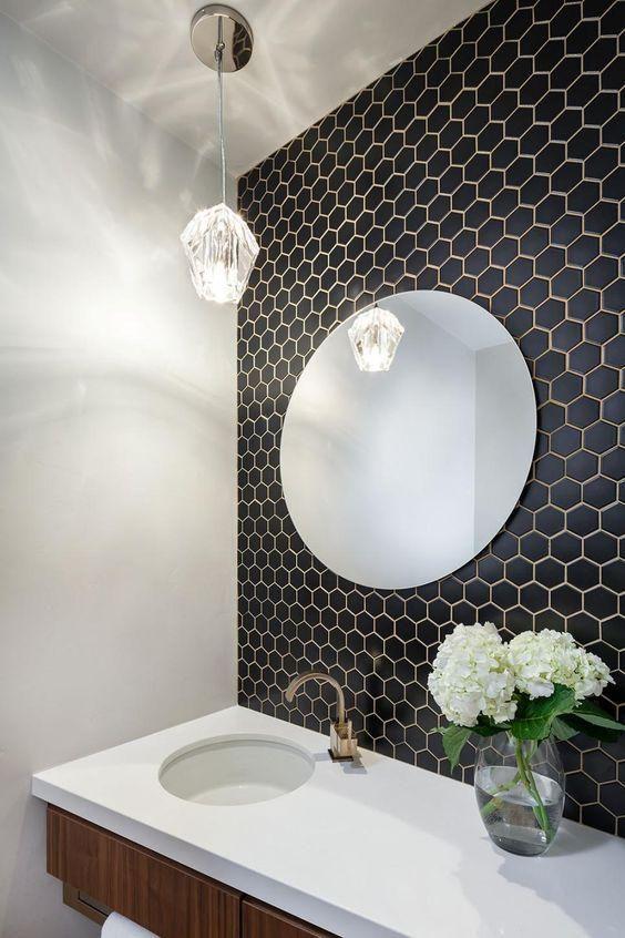 Kleine schwarze hex Fliesen auf der Badezimmerwand mit weißem ...