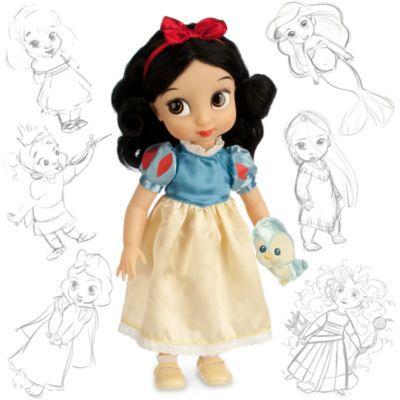 """Diese """"Schneewittchen""""-Animator-Puppe stellt die allererste Disney-Prinzessin als Mädchen dar. Sie trägt ein Satinkleid in Gelb und Blau und dazu ein rotes Stirnband. Auf ihrem Arm hockt ein niedlicher Piepvogel."""