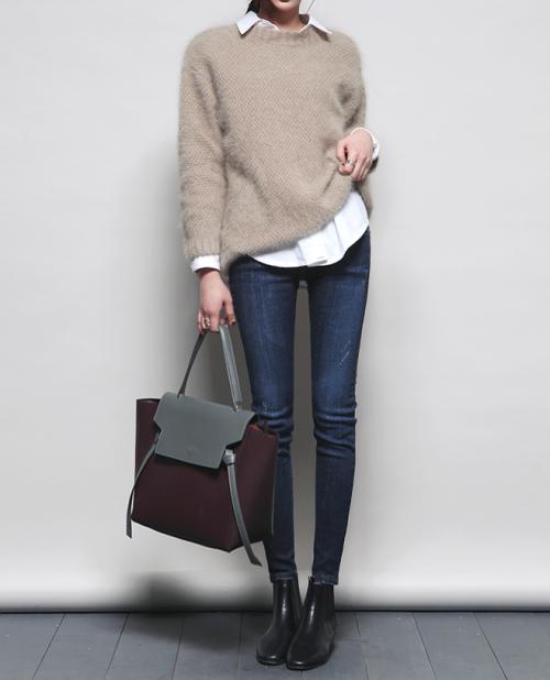 Maglione beige H&M, leggings di pelle o jeans skinny neri Zara, camicia sotto oversize H&M o Zara, Vans old skool nere.
