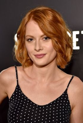The 33-year old daughter of father (?) and mother(?), 165 cm tall Emily Beecham in 2018 photo