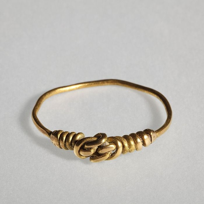 Finger ring with link in the shape of a knot. Roman, 300-500  Gold.
