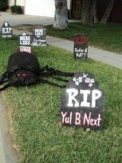 The Worst #Halloween Decorations in America | Eslo 0123