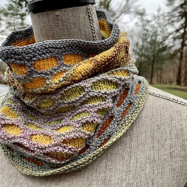 Easy Lozenge Knitting Cowl in 2020 | Knitting, Variegated ...
