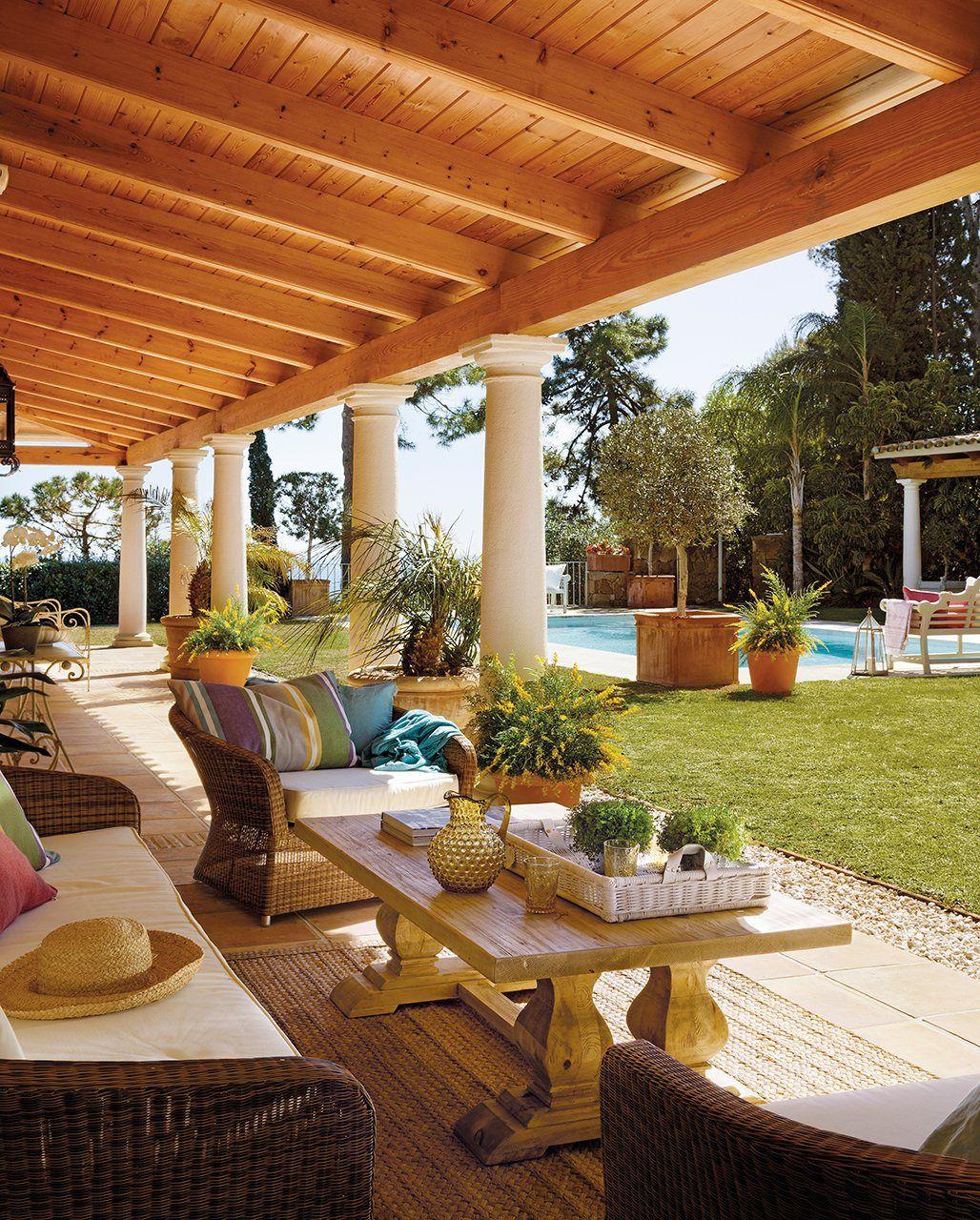 Almohadones grandes mesa de madera un para so en el sur - Techos decorativos de madera ...