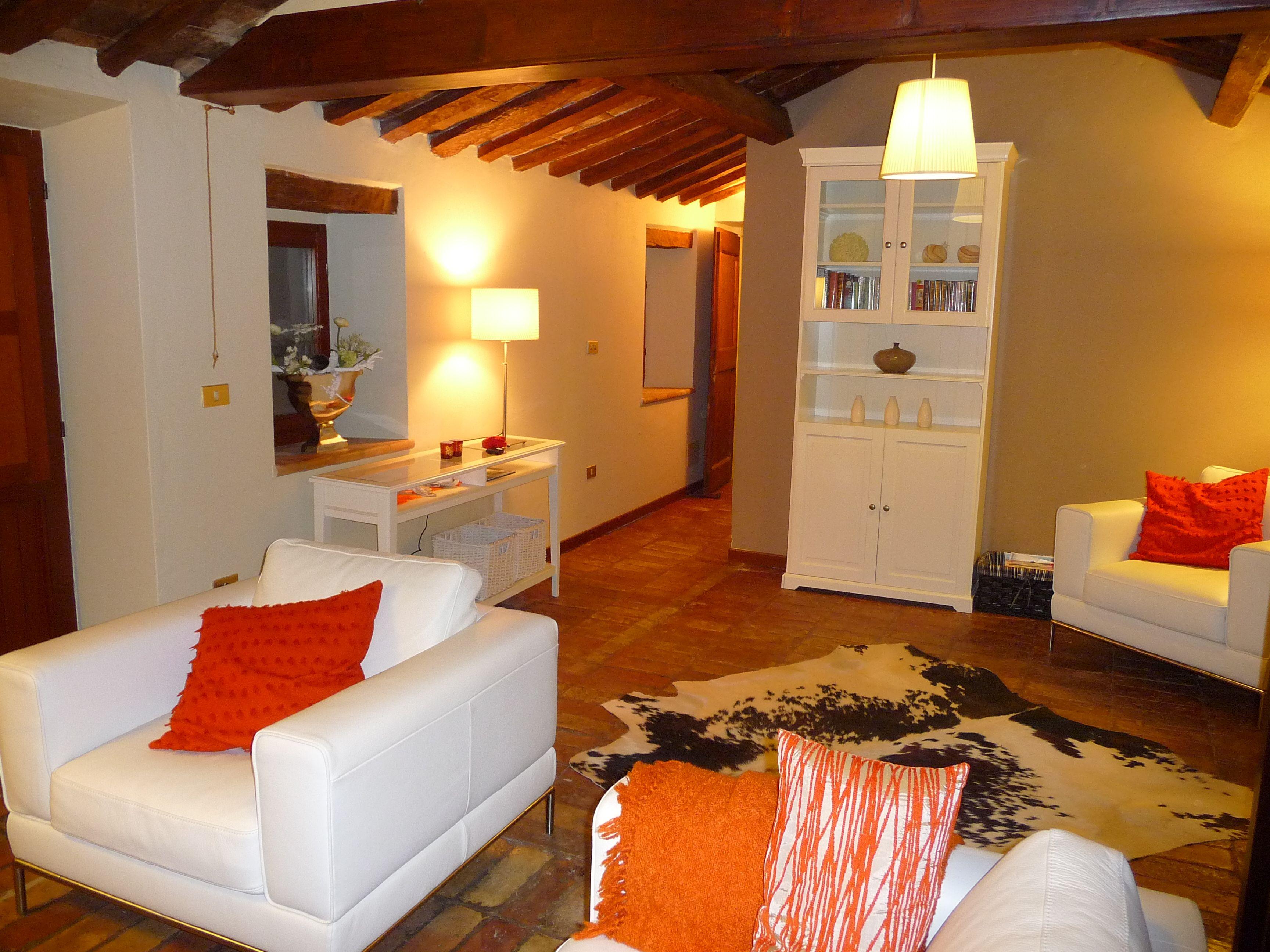 Gezellige woonkamer in vakantiewoning Casa Cipresse, Motottone ...