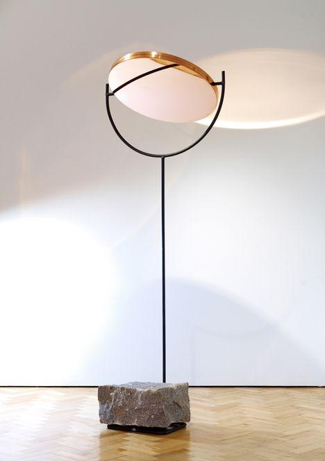 één kant licht , andere kant spiegel. Met de hand omdraaien. Up light, downlight!