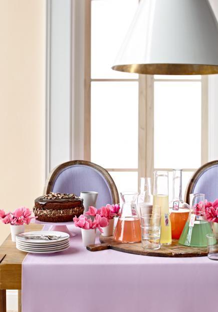 Varios zumos fe fruta y dulces en esta mesa bufé