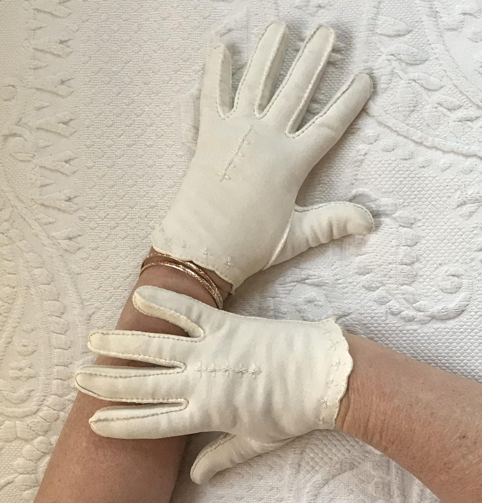 Vintage 1960/'s Women/'s Short Cotton Gloves in Cream White with Embroidery