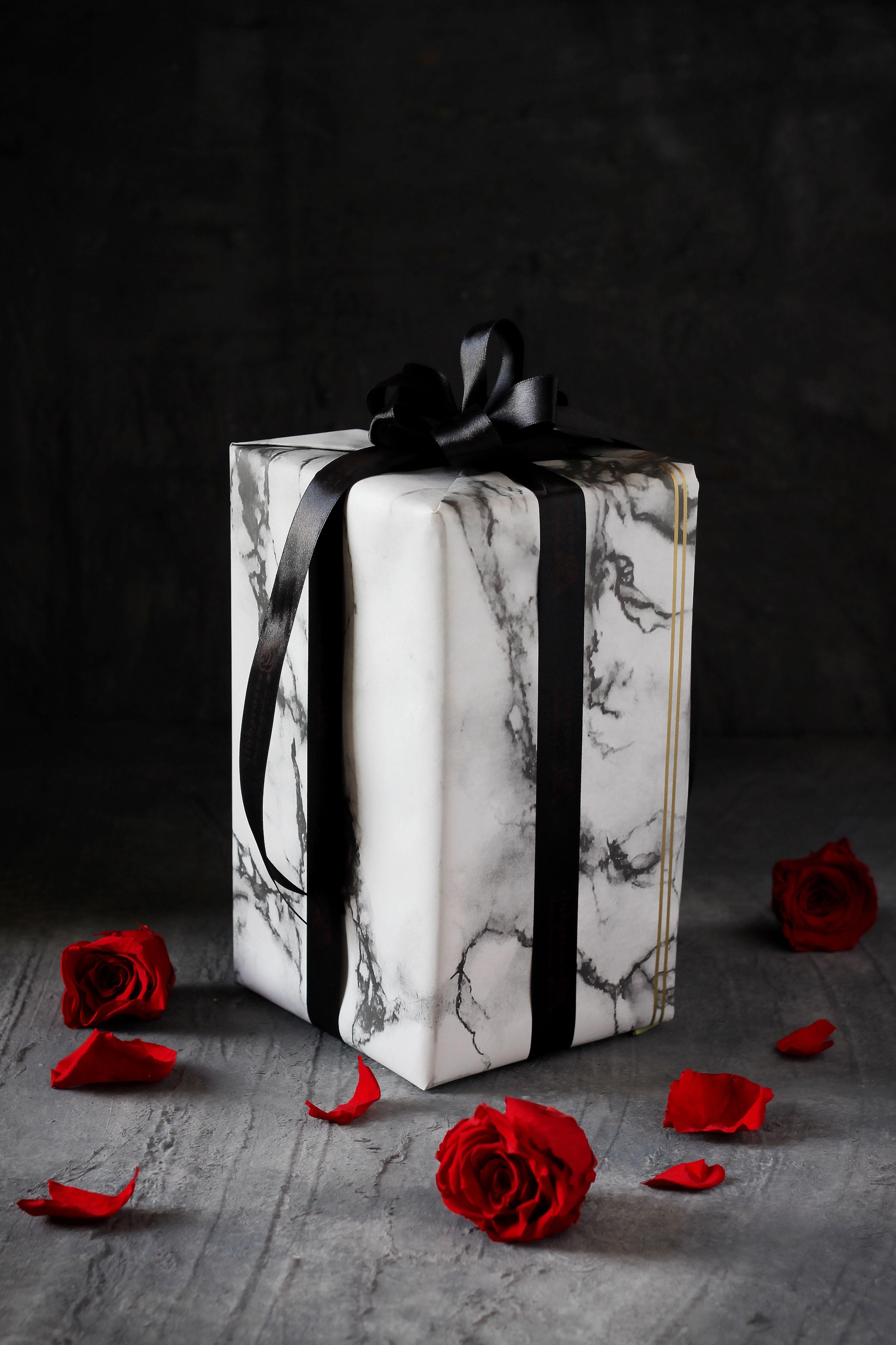 وردة ايلوبا روز احمر داخل فازة زجاجية Gifts Gift Wrapping Wrap