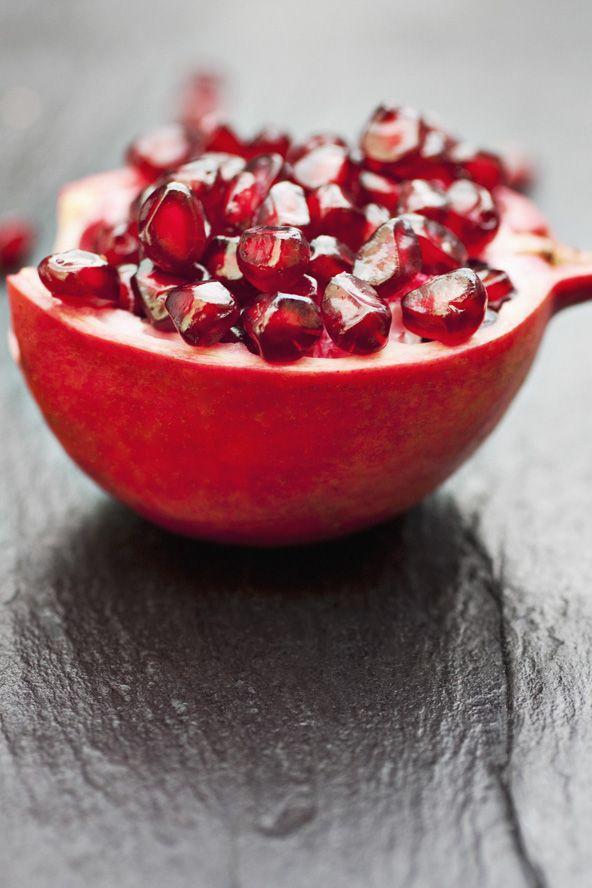Granatfrukt inneholder flavenoids, Vitamin A, C og E, folic acid og iron. Hjelper til med å transportere oksygen rundt i kroppen. Kjent for å forbedre huden.