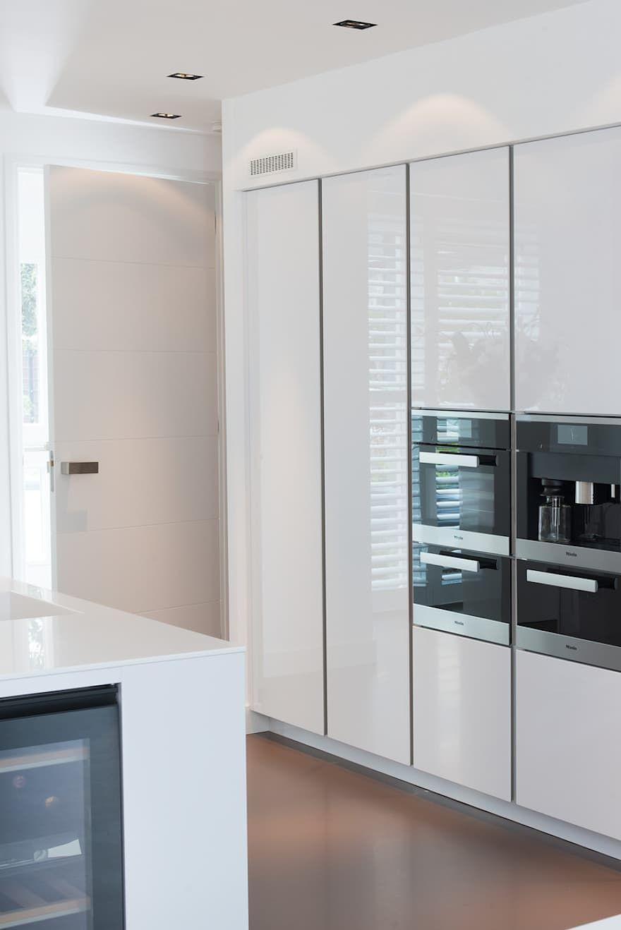Moderne Strakke Greeploze Witte Tieleman Keuken Von Tieleman Keukens Homify Luxuskuchen Luxus Kuche Design Moderne Kuchenideen