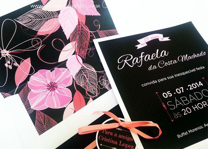 Convite festa debutante nas cores pink e preto. Envelope com forro estampado e florido. A mesma estampa do envelope está presente na faixa do convite.