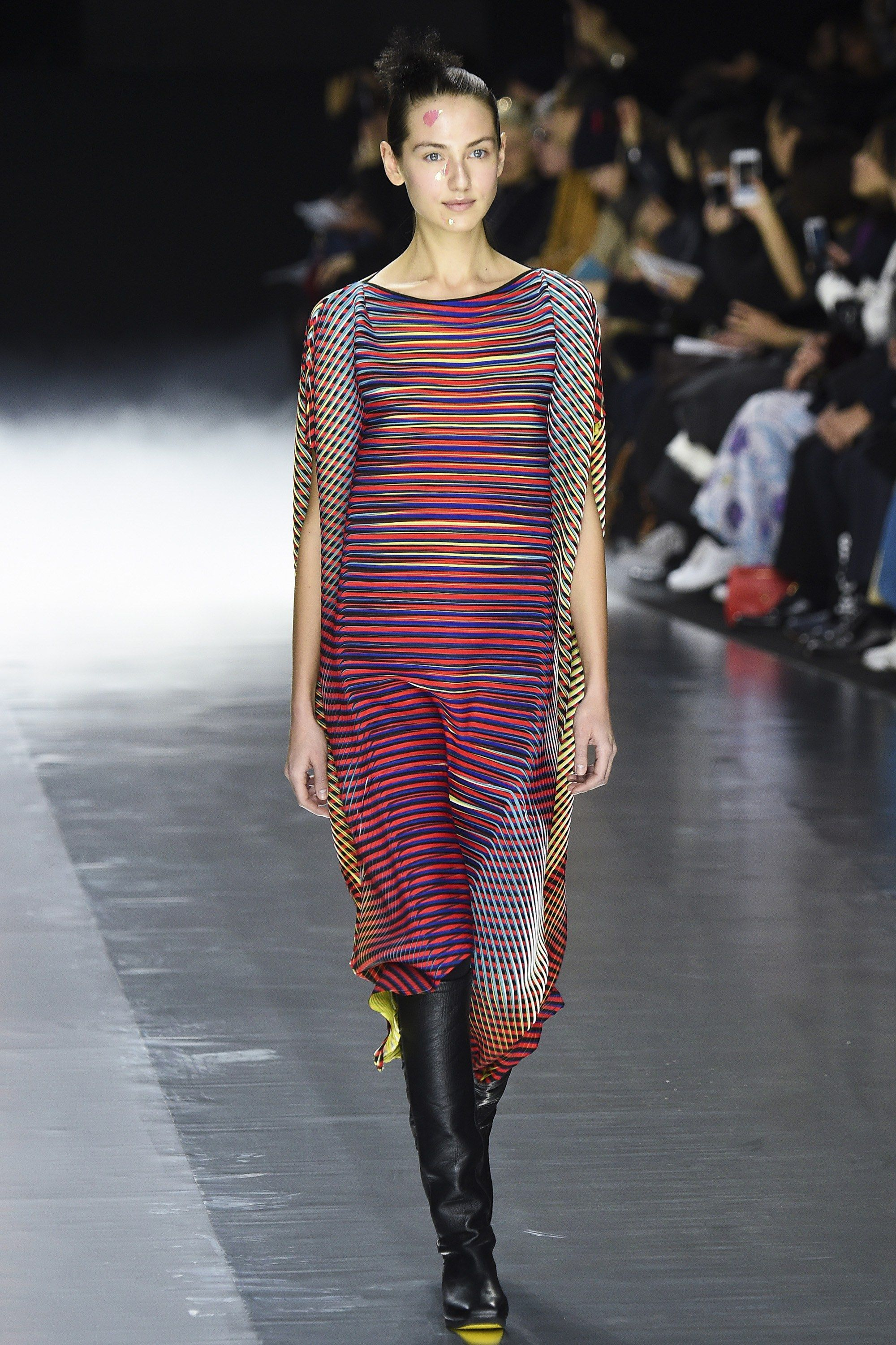 Issey Miyake Fall 2019 RTW Channels Op-Art Prints picture