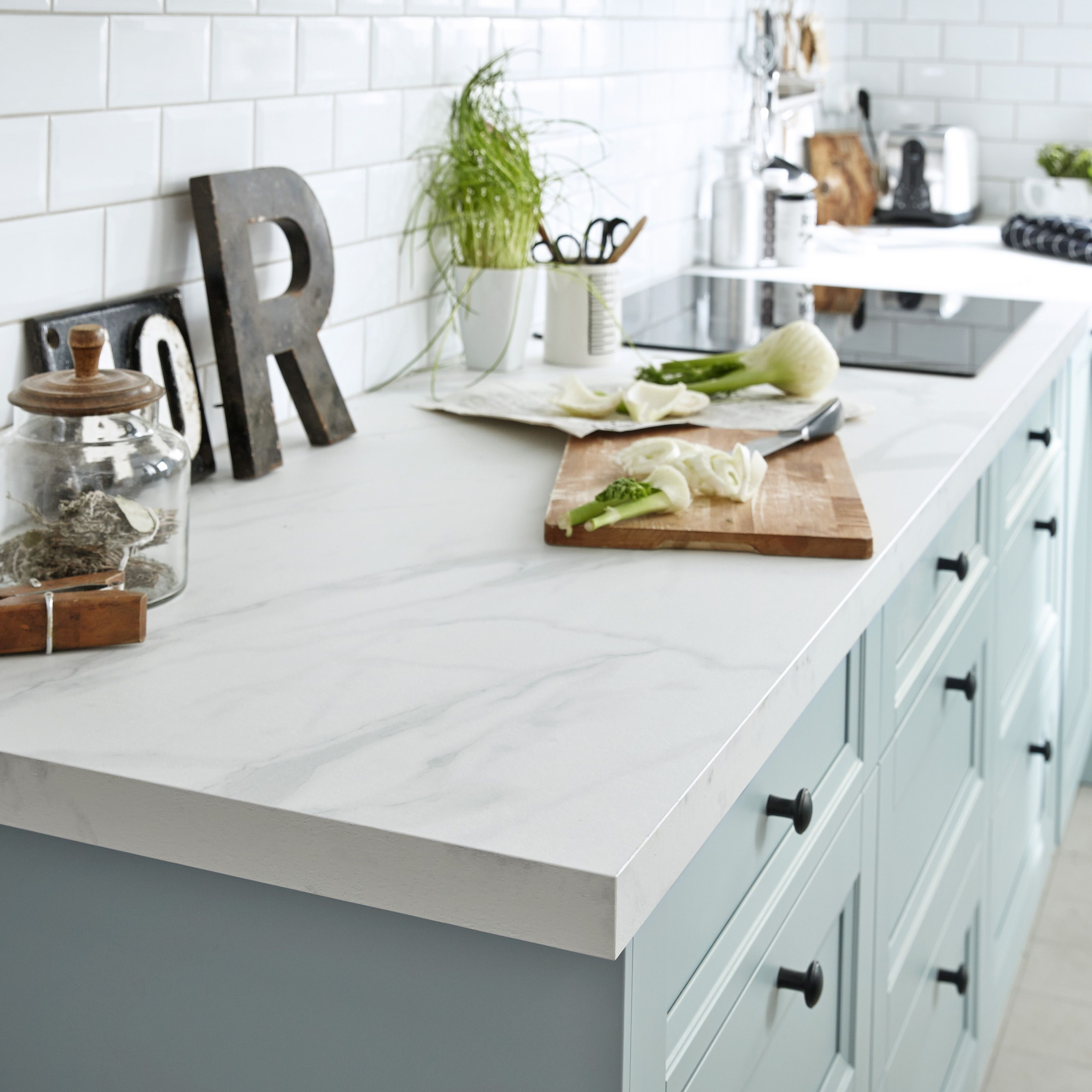 Une Cuisine Moderne Bleue Avec Ilot Central L Elegance A L Anglaise Modele Ashford Cuisine Moderne Kitchen Marbre Blanc Plan De Travail Cuisine Moderne