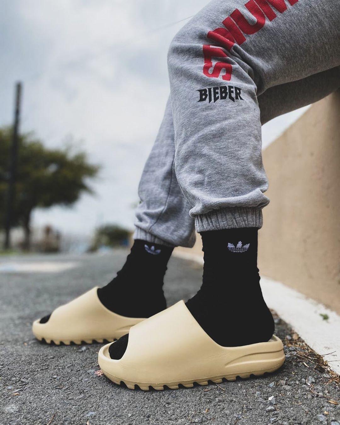 Adidas Yeezy Slides Bone Resin Und Earth Brown In 2020 Yeezy Sneakers Yeezy Outfit Streetwear Manner