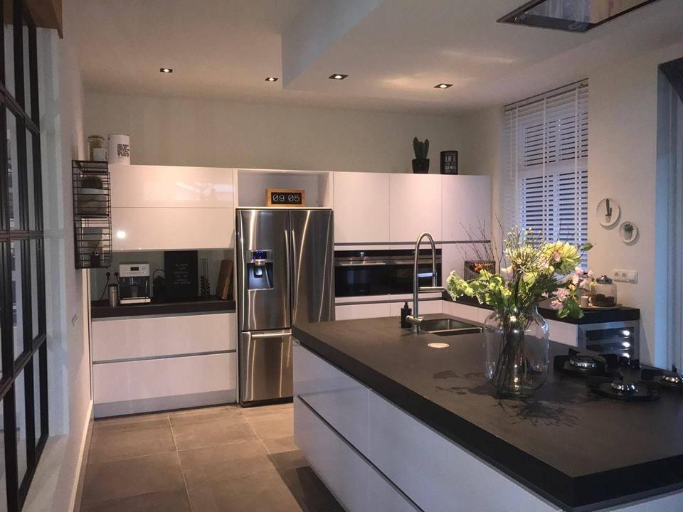 Amerikaanse koelkast ingebouwd in strakke keuken. hoogglans wit