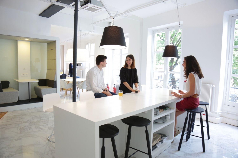 Les Bureaux Design De L Agence Moore A Paris Fort De Son Experience De 15 Ans Dans Le Monde Du Mobil Amenagement D Espace Amenagement Interieur Bureau Design