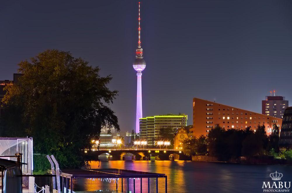 Blick über die Spree zum Berliner Fernasehturm in der Nacht. (Photo: Copyright @ MaBu Photography)