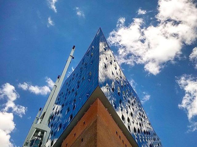 Skyscraping!... . . #elbphilharmonie #hafencity #hamburg #bluesky #architecture #architecturephotography #photography #travel #skyscraper #skyscraping #skyscraping_architecture #architecturelovers #hamburg_de #hamburgcity #hamburgliebe #nordic #germanarchitecture #hamburgarchitecture #deutschland #europe #blue #photooftheday #blue #clouds #portofhamburg