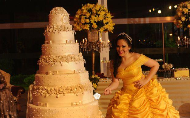 Resultado de imagem para bolo 15 anos amarelo a bela e a fera