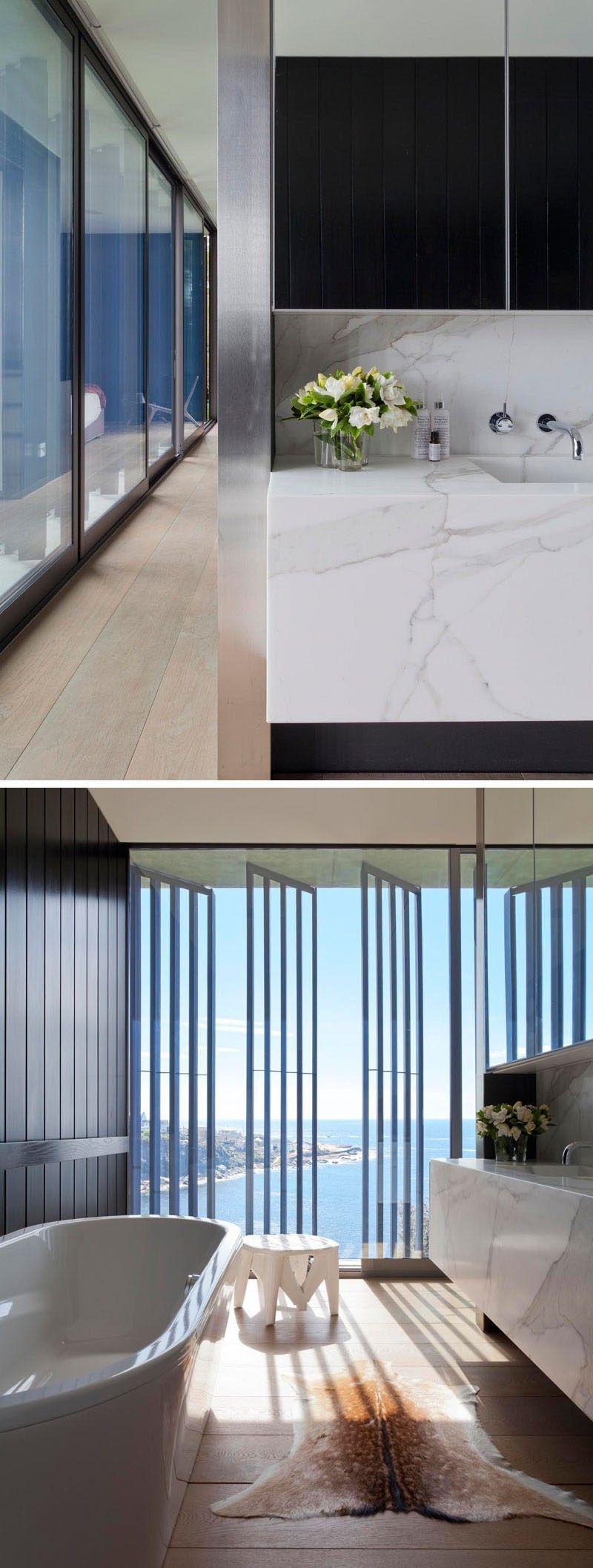 Der Master Badezimmer Hat Eine Palette Von Dunklen Holzwänden, Hellen  Holzböden Und Marmor Eitelkeit