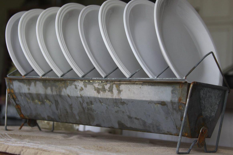 buy a new chicken feeder at a farm supply, soak it in vinegar--aging galvanized metal> Få nyt til at se gammelt ud -  Genbrug