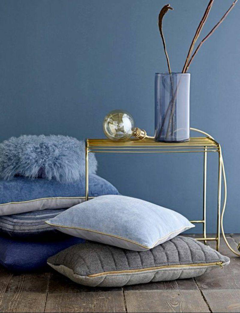 wohnzimmer accessoires in blau - sofakissen und beistelltisch in ... - Wohnzimmer Blau Gold