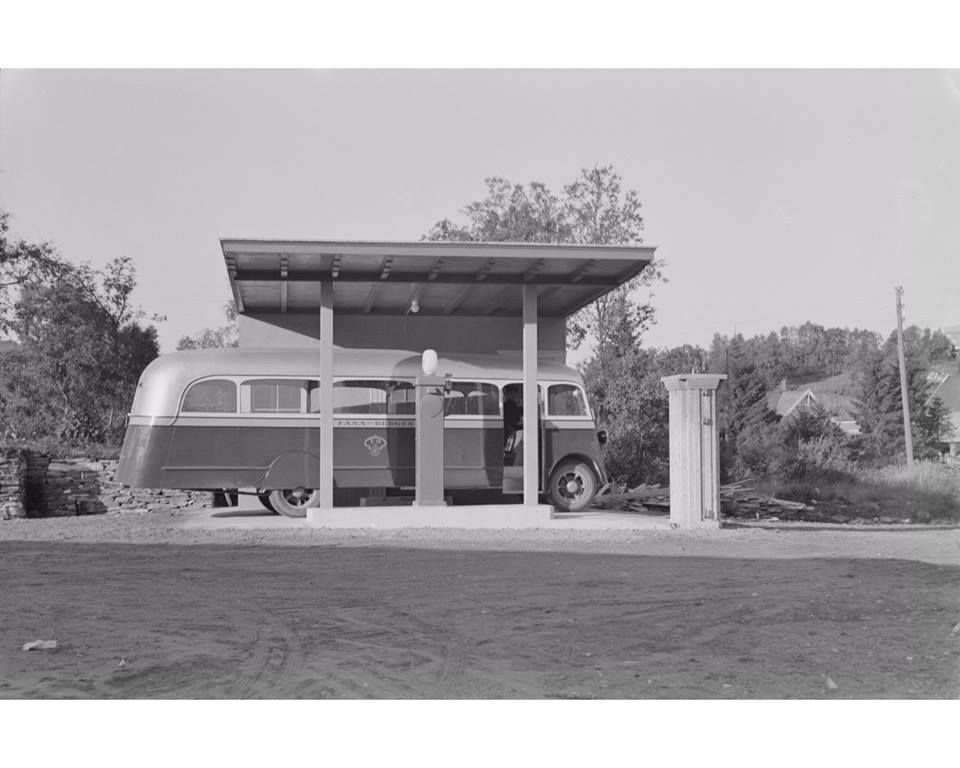 Buss fra Fana Automobillag ved bensinpumpe. Årstall ikke oppgitt. Foto: Atelier K. Knudsen - UBB Billedsamlingen.