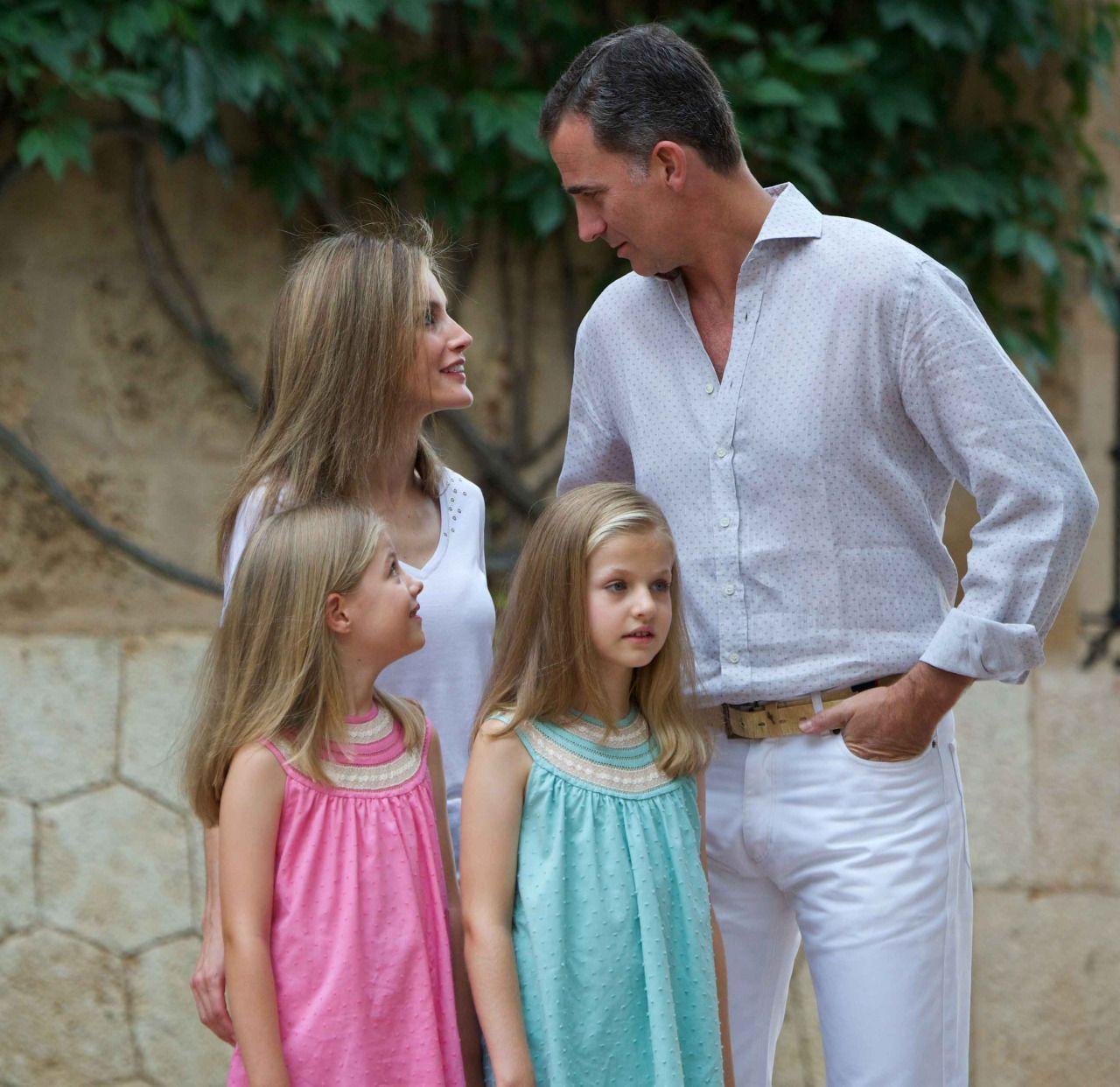 Nadie sabe dónde están ahora los Reyes Felipe VI y Letizia.Por fin han logrado irse de vacaciones unos días con sus hijas. De vacaciones secretas. Sin que puedan descubrirles los paparazis. Como siempre. Como le gusta a doña Letizia.