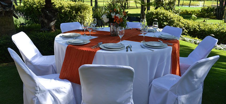Silla acojinada con funda blanca mesa redonda mantel - Mesa redonda con sillas ...