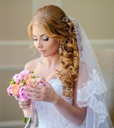 Gelockte Brautfrisur Mit Schleier Hochzeitsfrisuren Braut
