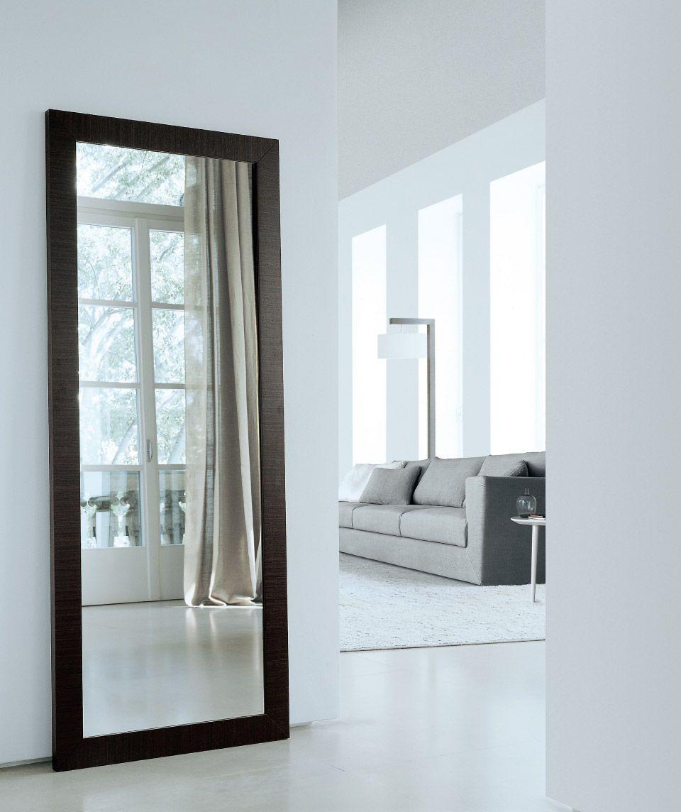 este es un espejo de pared muy grande y muy moderno los