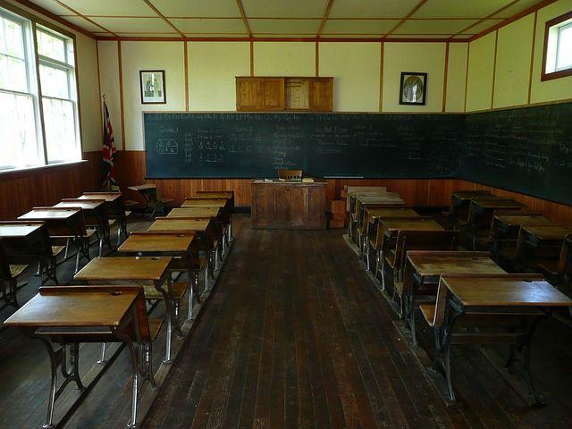 TOUCH esta imagen: Escuela del siglo pasado vs Escuela del S. XXI. Licencia CC0 by MARISA