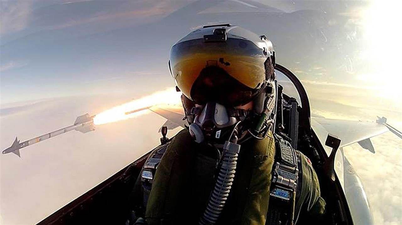 Extreme 'Selfie': Fighter Pilot Snaps Epic Action Shot
